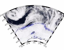 Hố băng khổng lồ bí ẩn xuất hiện ở Nam Cực