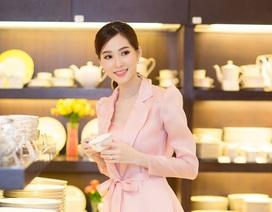 Hoa hậu Đặng Thu Thảo đội mưa đi xem đồ gia đình