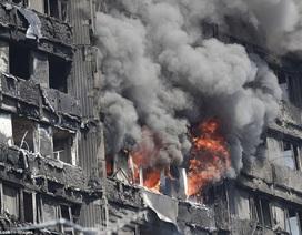 Bà mẹ tuyệt vọng kêu cứu trong khói lửa trên tháp 24 tầng đang cháy