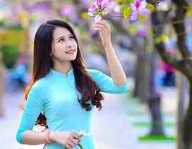 Thiếu nữ Lào khoe sắc trên con đường tím màu hoa ban Hà Nội