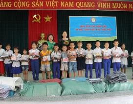 Quảng Trị: Trao đồng phục và học bổng đỡ đầu cho học sinh vượt khó, hiếu học