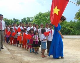 Quảng Bình: Thầy cô vượt rừng đón học sinh về trường dự lễ khai giảng