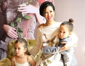 Hai con song sinh của Hồng Nhung quấn quýt mẹ không rời