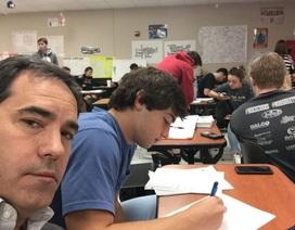 Nhận phàn nàn từ thầy giáo, bố đến lớp ngồi học cùng con