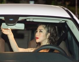 Hương Tràm gây chú ý khi tự lái xe hơi tiền tỉ đi diễn