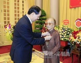 Chủ tịch nước trao tặng bà Nguyễn Thị Bình huy hiệu 70 năm tuổi Đảng