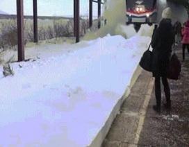 """Tàu hỏa Mỹ hất cả """"núi tuyết"""" vào người dân"""