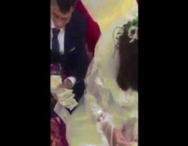 """Màn đếm tiền phong bì cưới khiến cô dâu, chú rể """"khóc thét"""""""
