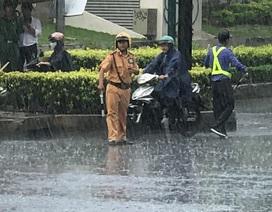 CSGT dầm mưa điều tiết giao thông sáng đầu tuần