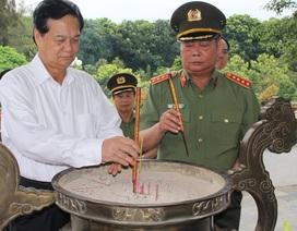 Lãnh đạo Bộ Công an viếng Nghĩa trang liệt sĩ Quốc gia Đồi 82