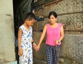 Cuộc sống bất hạnh và ước mơ đầy xúc động của cậu bé 8 tuổi nuôi mẹ mù lòa