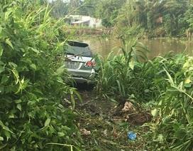 Xe 7 chỗ tông 1 người chết, 6 người bị thương rồi lao xuống sông