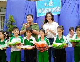 Hoa khôi Nam Bộ cùng mang quà năm học mới đến học sinh vùng lũ