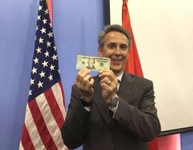 Giám đốc về tiền giấy Mỹ hướng dẫn cách phân biệt tiền USD thật và giả