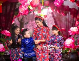 Hoa hậu Ngọc Hân xúng xính áo dài du xuân cùng dàn mẫu nhí