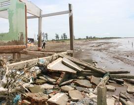 """Sóng lớn """"nuốt"""" nhiều nhà cửa, đất đai dần biến thành... biển"""