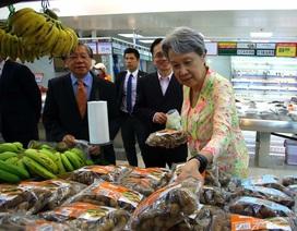 Vợ chồng Thủ tướng Lý Hiển Long dạo thăm siêu thị, tìm hiểu giá cả thực phẩm