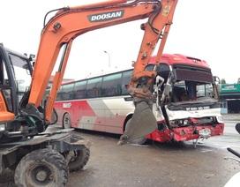 Hàng chục người phá cửa thoát thân sau khi xe khách tông xe cẩu