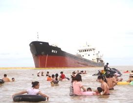 Tàu nghìn tấn lừng lững nằm trên bãi biển sau bão số 2