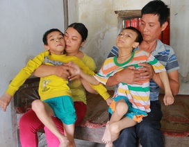 Xót lòng nhìn vợ chồng nghèo kiệt quệ nuôi 2 con bị bại não