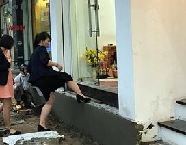 Hà Nội: Người dân chật vật tìm lối vào nhà khi không còn bậc tam cấp