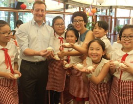 Đại sứ Pháp làm bánh trung thu cùng trẻ em Việt Nam