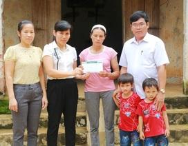 Trao hơn 26 triệu đồng đến mẹ góa nuôi 6 con thơ dại