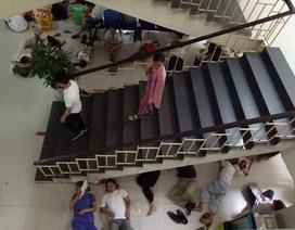 """Chui... gầm cầu thang bệnh viện """"trốn"""" nắng nóng kỷ lục ở Hà Nội"""