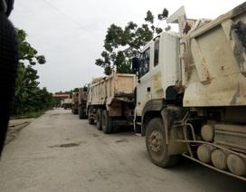 Người dân mang đồ chặn đoàn xe tải phá đường