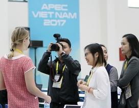 Phóng viên nhộn nhịp tác nghiệp tại Trung tâm Báo chí Quốc tế APEC