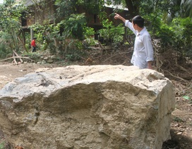 """Những khối đá """"khổng lồ"""" lăn xuống khu dân cư"""