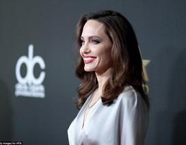 Angelina Jolie thanh lịch trên thảm đỏ