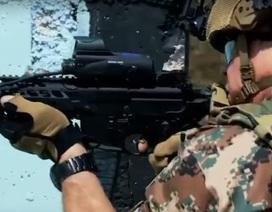 Quốc vương Jordan cầm súng tham gia tập trận