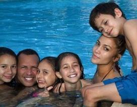 """Jennifer Lopez hạnh phúc bên """"bồ"""" kém tuổi và đàn con riêng"""