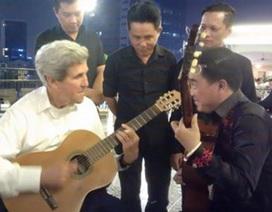Ngoại trưởng Mỹ John Kerry chơi đàn ghi-ta trong chuyến thăm TP. Hồ Chí Minh