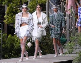 Chanel lăng xê chất liệu nhựa tại tuần lễ thời trang Paris