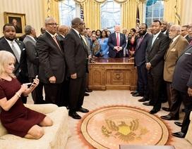 """Nữ cố vấn của ông Trump hứng """"bão"""" chỉ trích vì gác giày lên ghế giữa cuộc họp"""