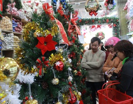 Cây thông, dây kim tuyến, tượng người tuyết… hút khách mùa Giáng sinh