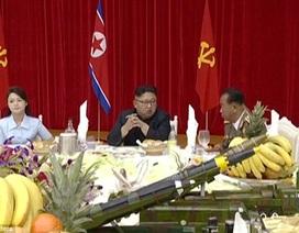 Triều Tiên đưa mô hình tên lửa lên bàn tiệc