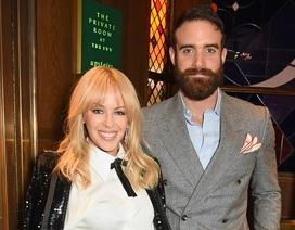 """Kylie Minogue """"bình phục"""" sau cú sốc bị """"phi công trẻ"""" cắm sừng"""