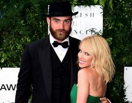 Chia tay tình trẻ, Kylie Minogue trả lại nhẫn đính hôn