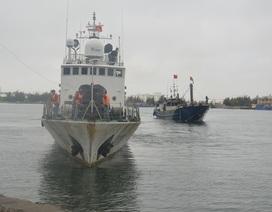 Tàu cảnh sát biển cứu 9 ngư dân gặp nạn ngoài khơi