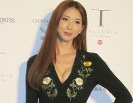 """Ngoài tứ tuần, siêu mẫu Lâm Chí Linh khoe """"khéo"""" thềm ngực đầy"""