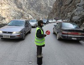 Afghanistan: Bé trai mạo hiểm kiếm sống bằng việc điều khiển giao thông
