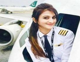 Nữ phi công Pakistan bất ngờ nổi tiếng vì xinh đẹp