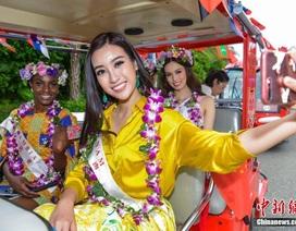 Đỗ Mỹ Linh rạng ngời bên thí sinh Hoa hậu Thế giới trong lễ diễu hành
