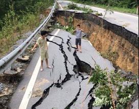 """Những đoạn đường """"biến mất"""" sau mưa lũ"""