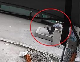 Người đón xe buýt lọt hố ga tử vong: Vì sao không khởi tố vụ án?
