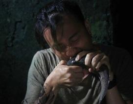 """""""Rùng mình"""" với cảnh ăn cá trê sống của Lương Mạnh Hải"""