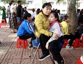 Nỗ lực không ngừng của cô học trò được mẹ bế đến trường mỗi ngày